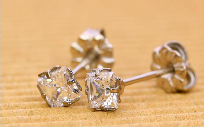 キュービックジルコニア、ダイアモンドカラーのカルテット、金属部分は金属アレルギー対応のチタンピアス