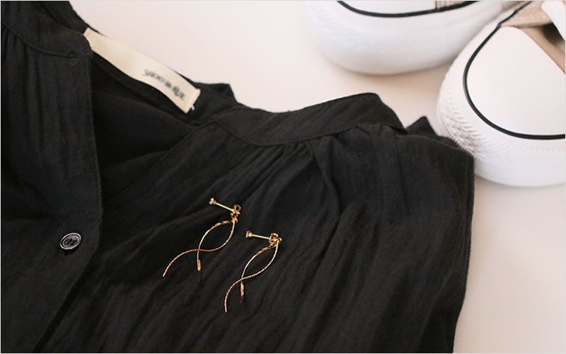 ネイビー服のカジュアルスタイルにゴールドウェーブを添えて