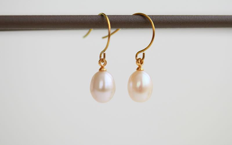 たまごのようなふっくらとした形の淡水真珠のフックピアス