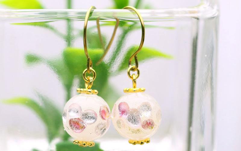 「ほたる玉」は、ガラスと銀箔を組み合わせて、一つ一つ手作りのガラス細工